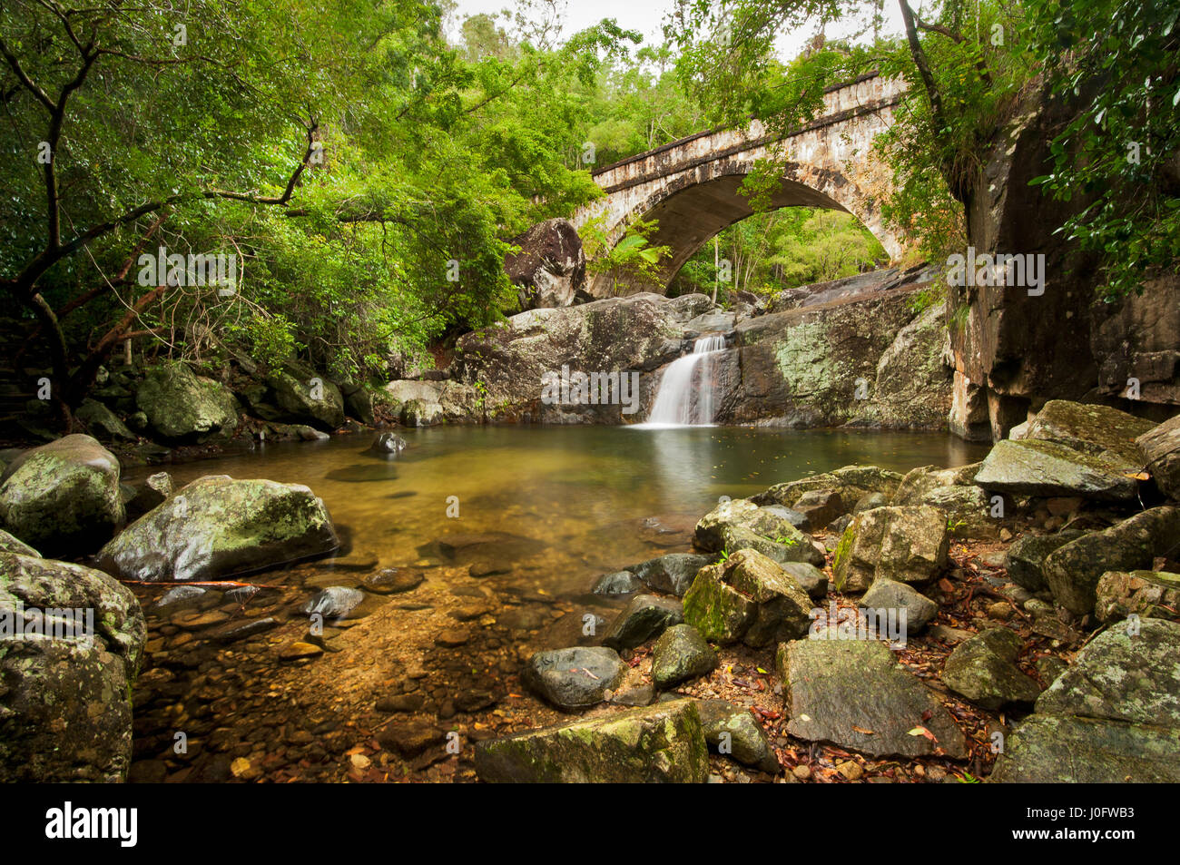 Peu de Crystal Creek Bridge dans le Paluma Range. Photo Stock