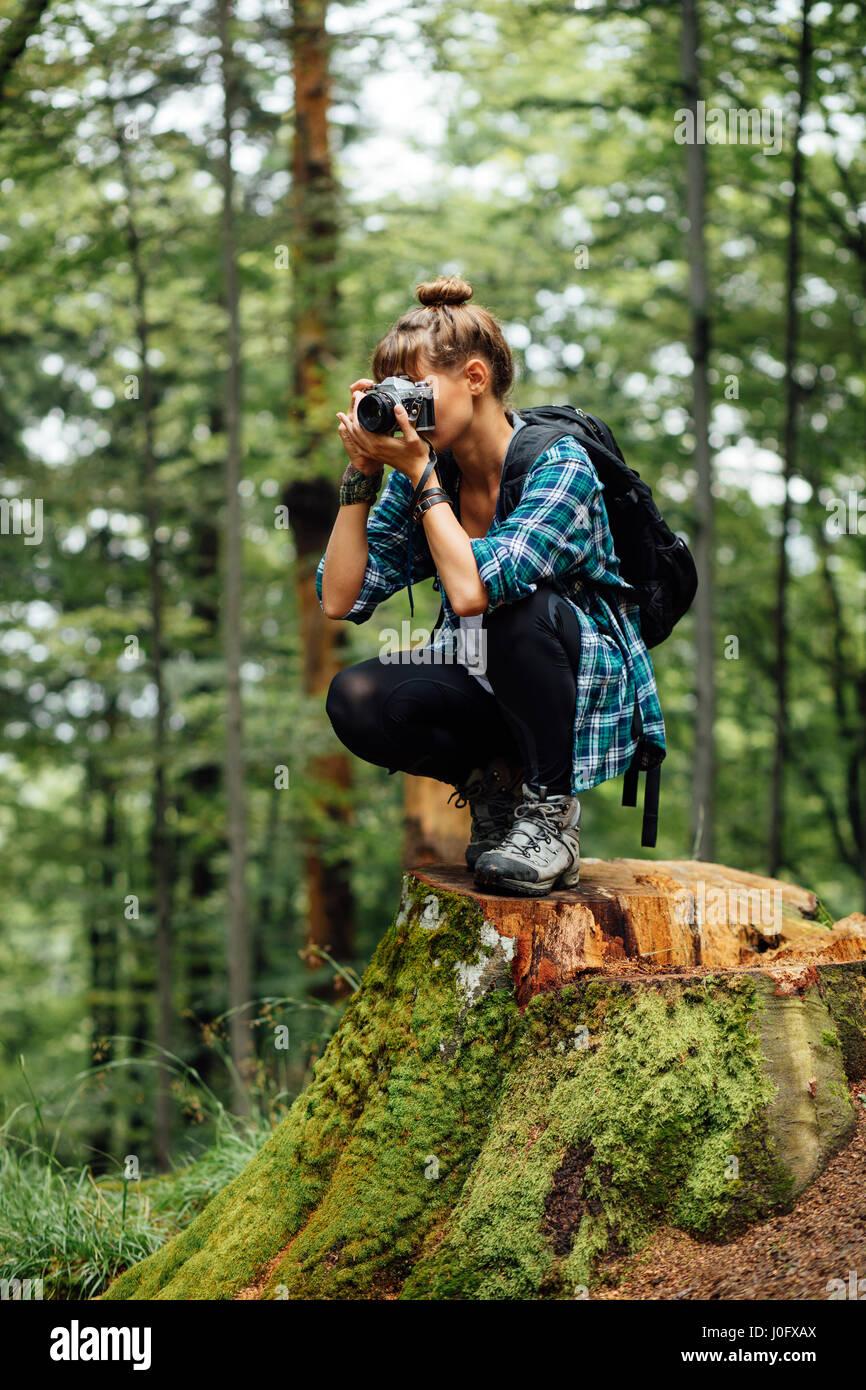 jeune femme voyageant seule avec sac  u00e0 dos et appareil photo  au milieu d u0026 39 une for u00eat   u00e0 prendre