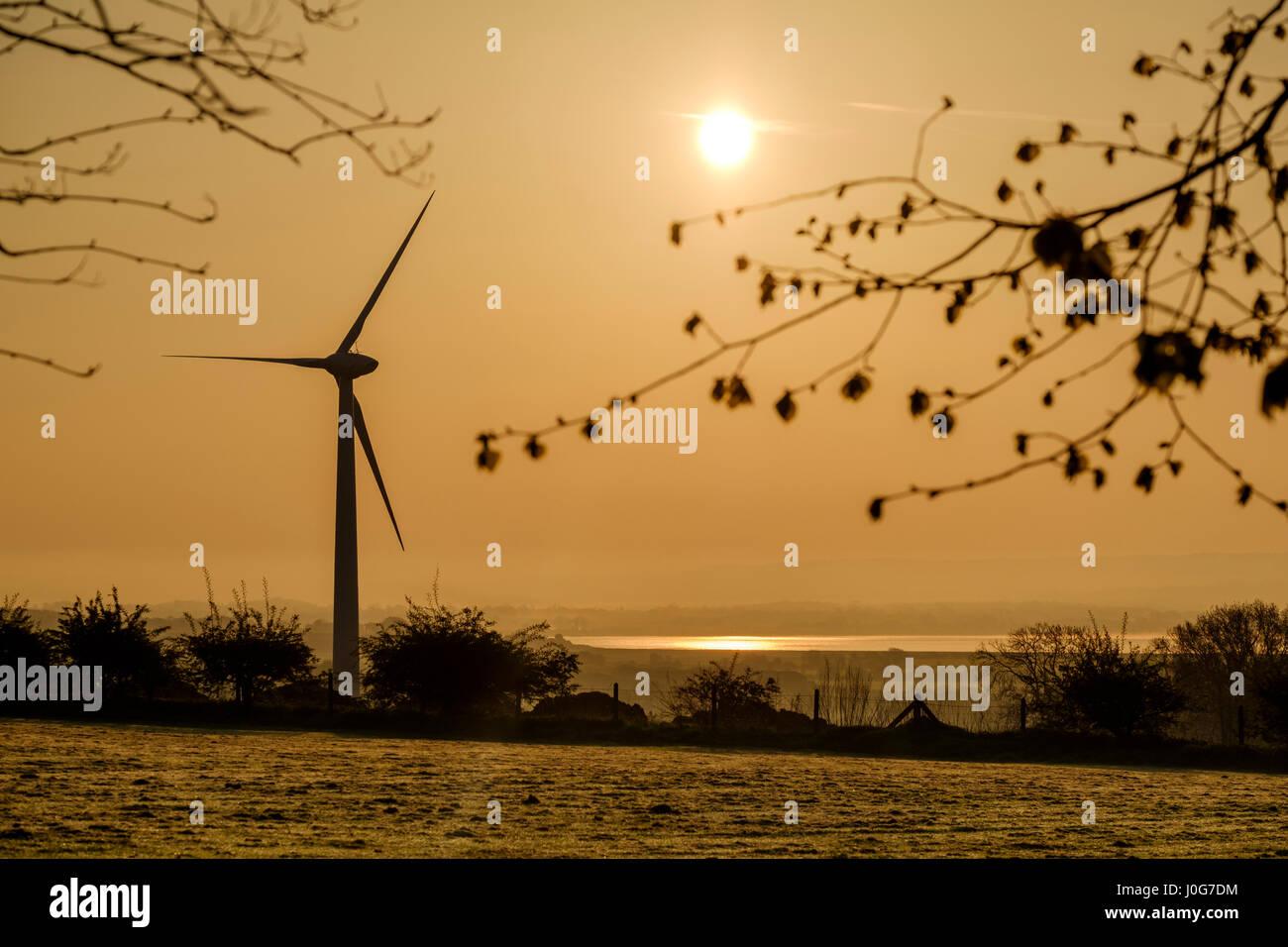 À l'aube de turbine éolienne près de la rivière Severn Gloucestershire England UK Photo Stock
