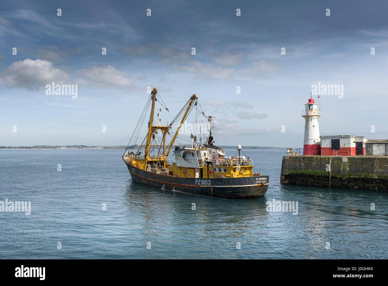 Chalutier de Newlyn PZ1053 St Georges de quitter port bateau de pêche bateau de pêche de l'industrie Photo Stock