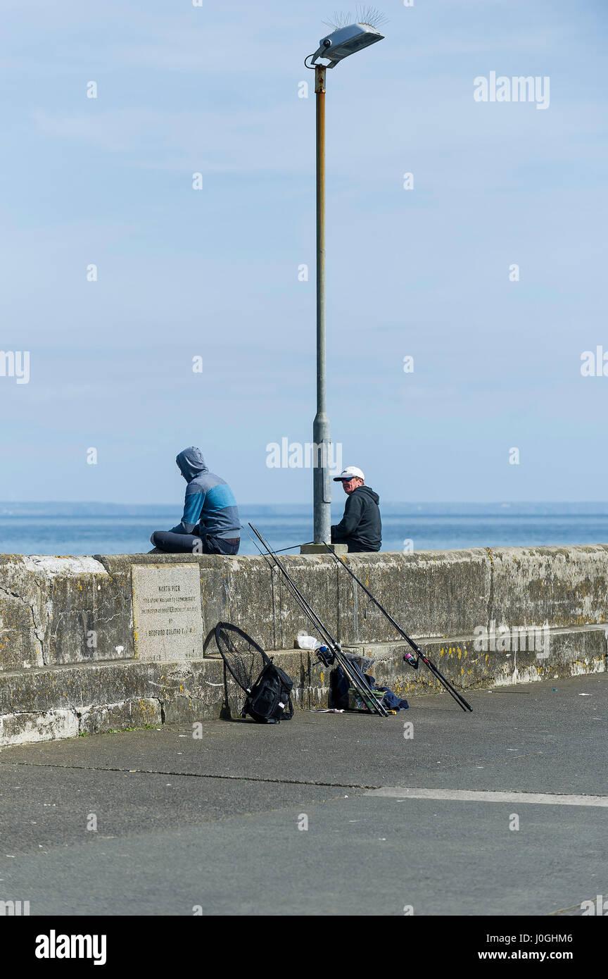 Les pêcheurs Pêche plaisir passe-temps passe-temps près des quais du port de pêche de Newlyn Photo Stock