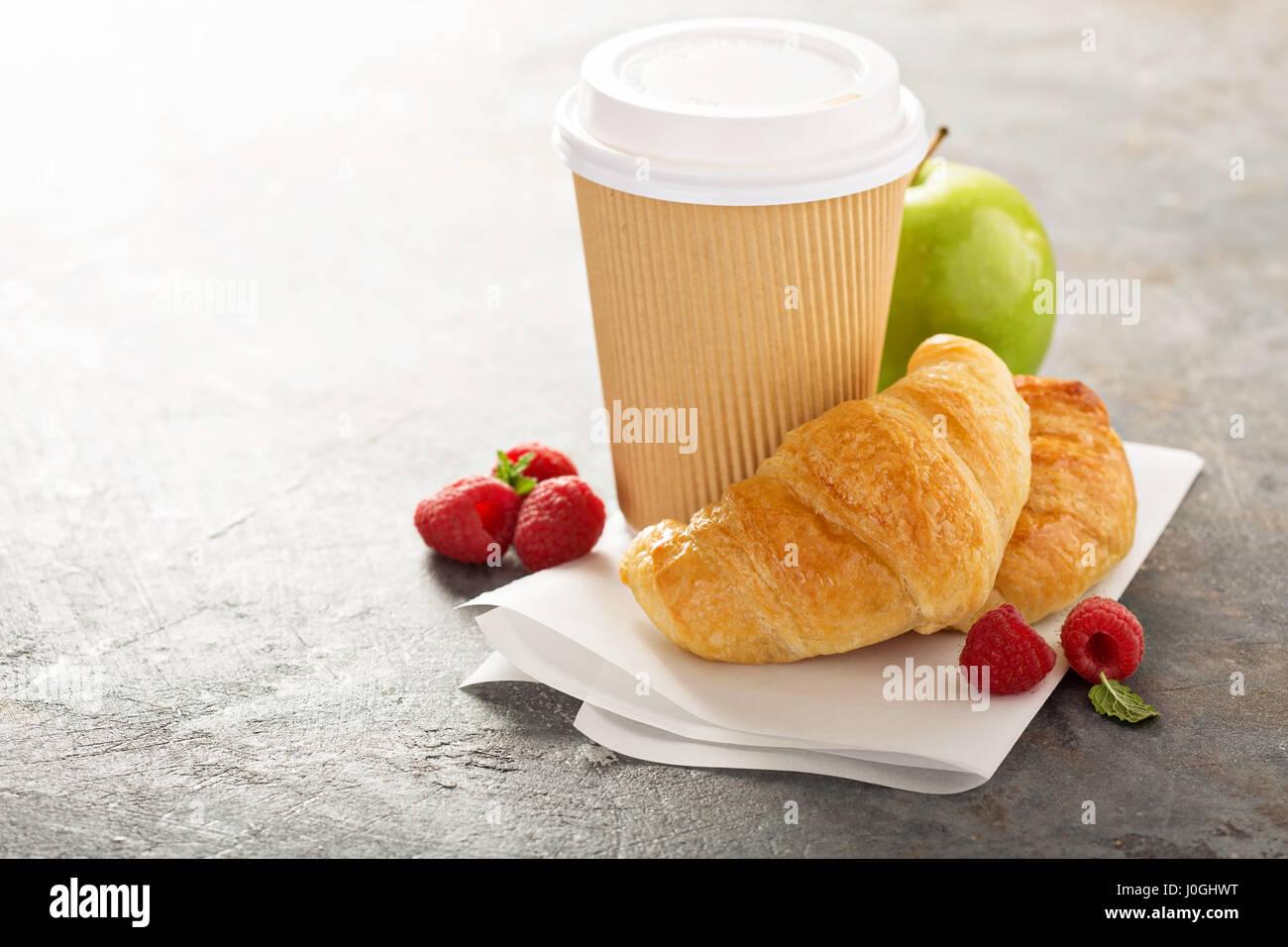 Les croissants avec du café pour aller Photo Stock