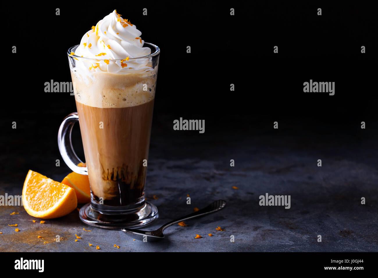 Café viennois chaud avec de la crème fouettée Photo Stock