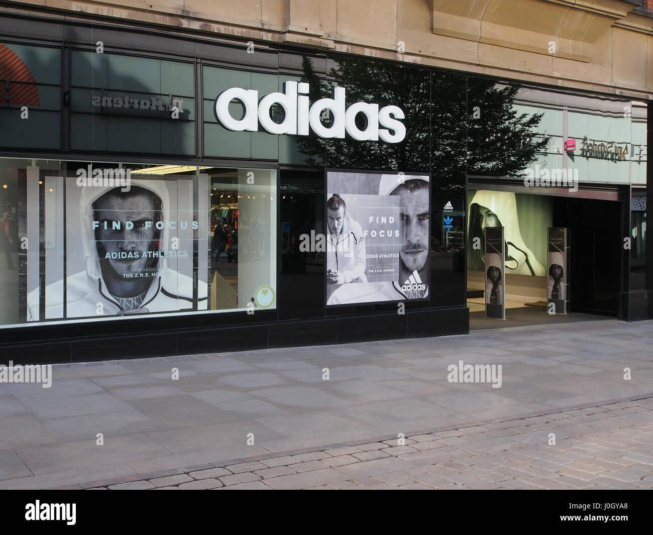 33062dd9ec Le centre-ville de Manchester center branch du magasin de sport Adidas,  avec l'extérieur du magasin, montrant la vitrine avec David Beckham