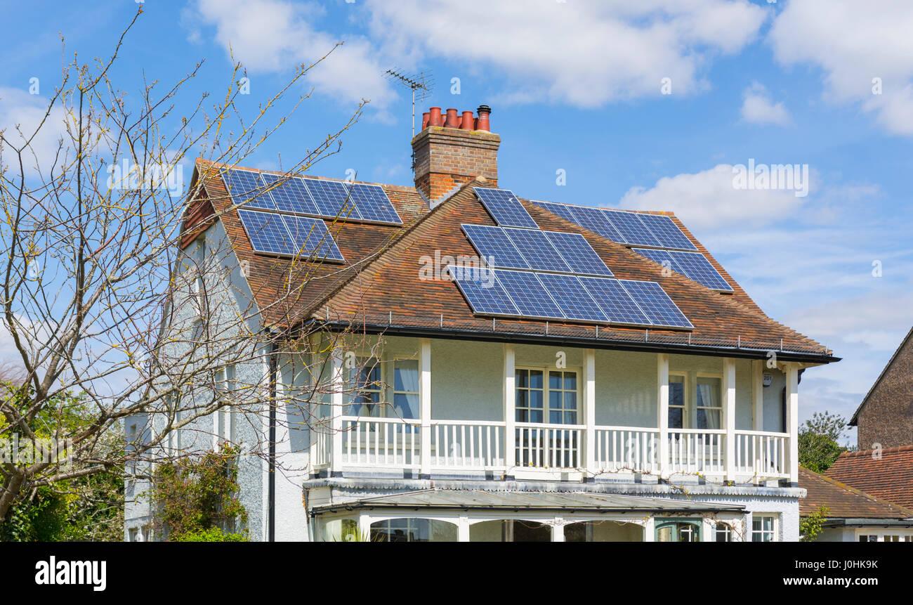 Des panneaux solaires sur le toit d'une maison dans le Royaume-Uni. Photo Stock