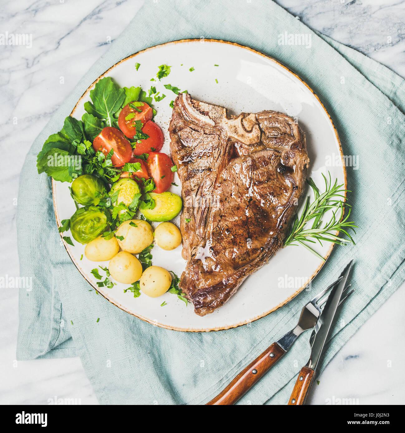 Dîner de viande avec la plaque cuisson du boeuf tbone steak, carré petit Photo Stock