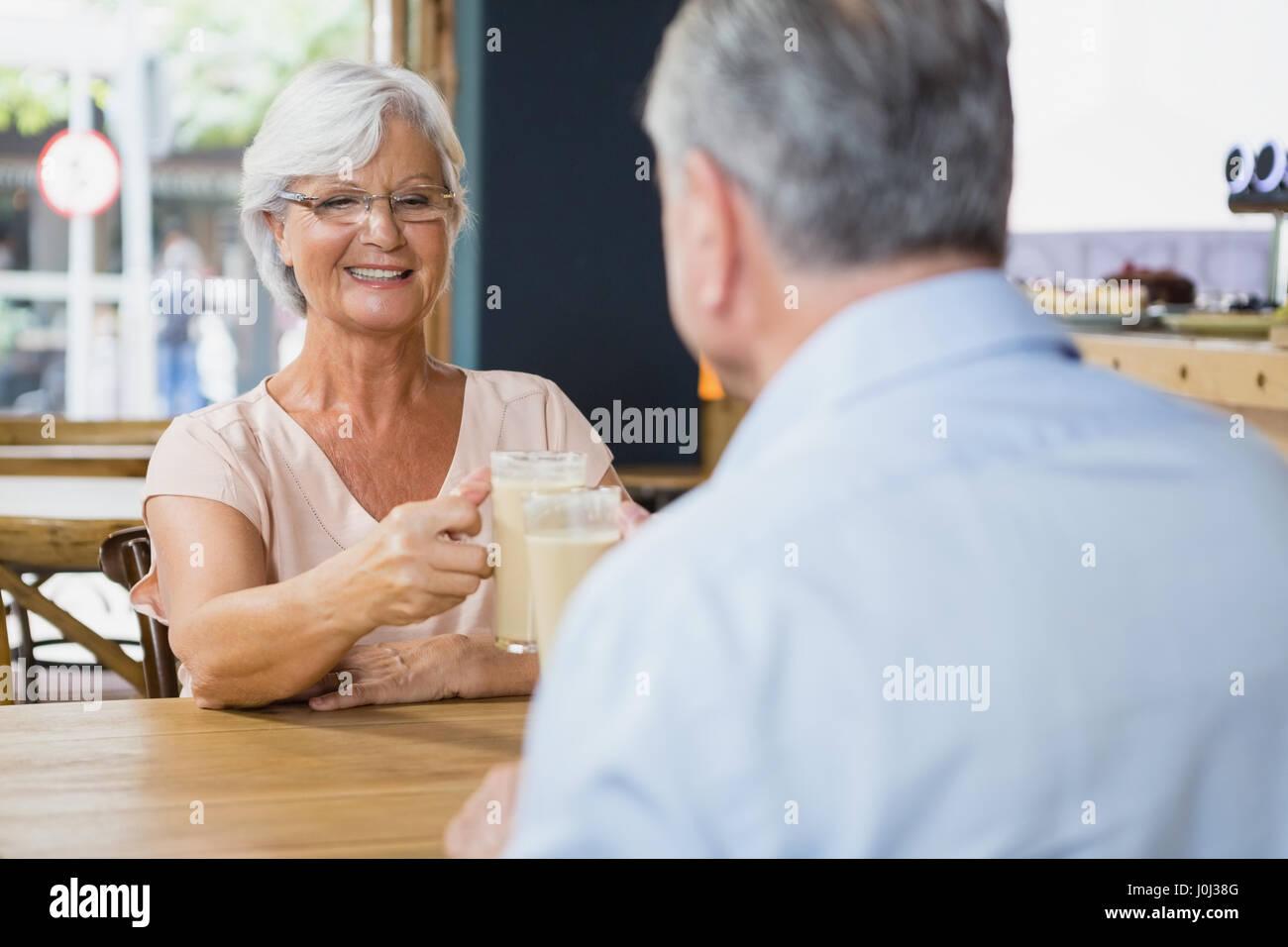 Senior couple toasting verres de café froid dans café Photo Stock