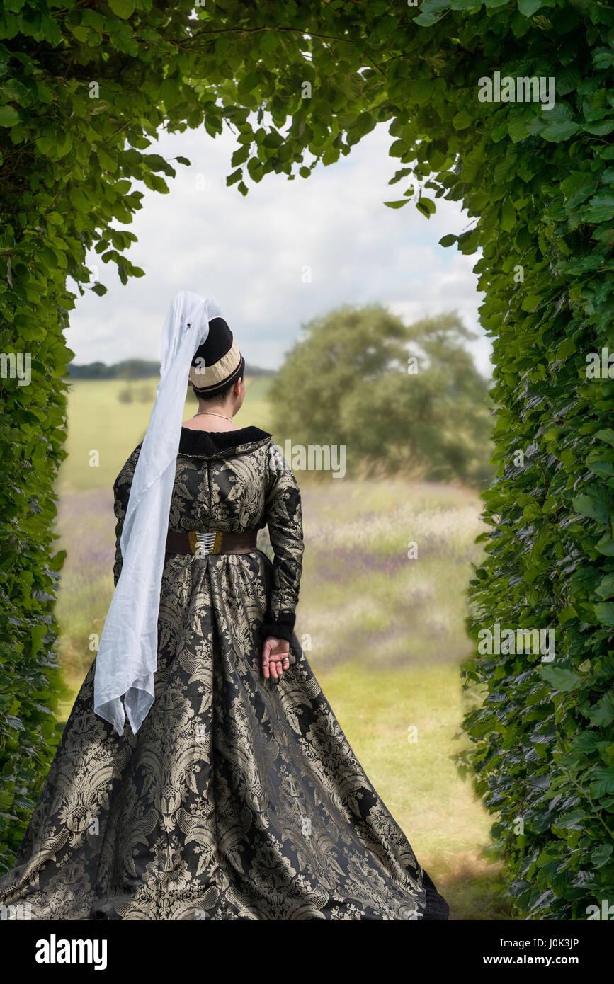 Dame en costume médiéval avec vue sur champs de lavande Banque D'Images