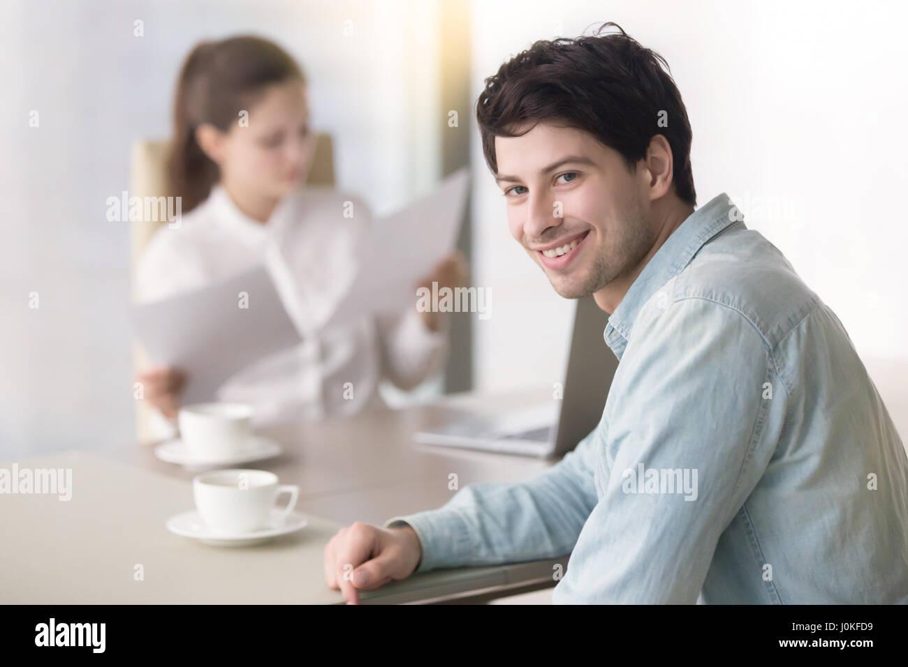 Smiling candidat à la recherche d'un emploi ayant indire ct Photo Stock