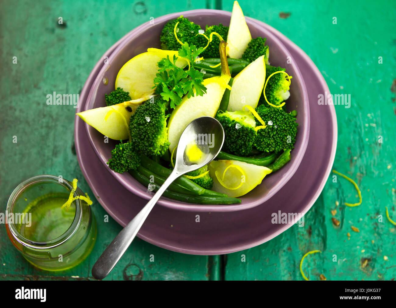 Poire, brocoli, salade de haricots verts avec du pain brun Photo Stock