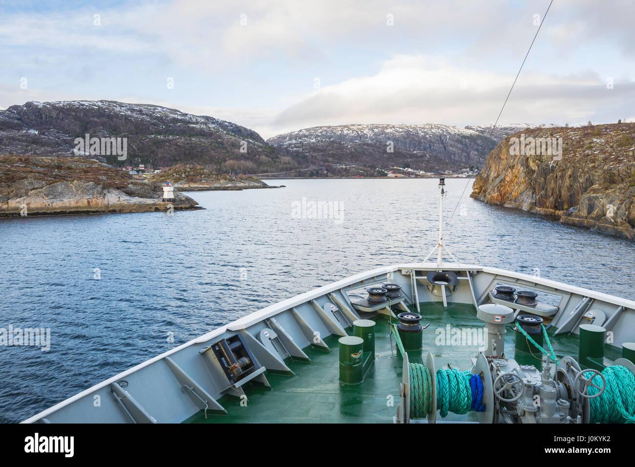 Navire Hurtigruten, Mme Richard avec, fait son chemin à travers l'étroit détroit de Stokksund, la Norvège. Krokholmen Brennholmen à gauche, à droite. Banque D'Images