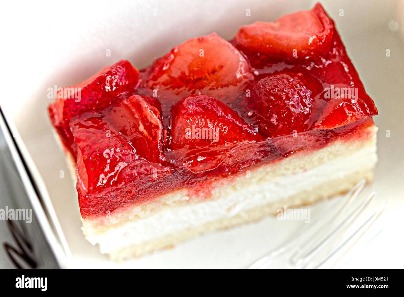 Gâteau à la crème, surmontée de fraises en gelée Photo Stock