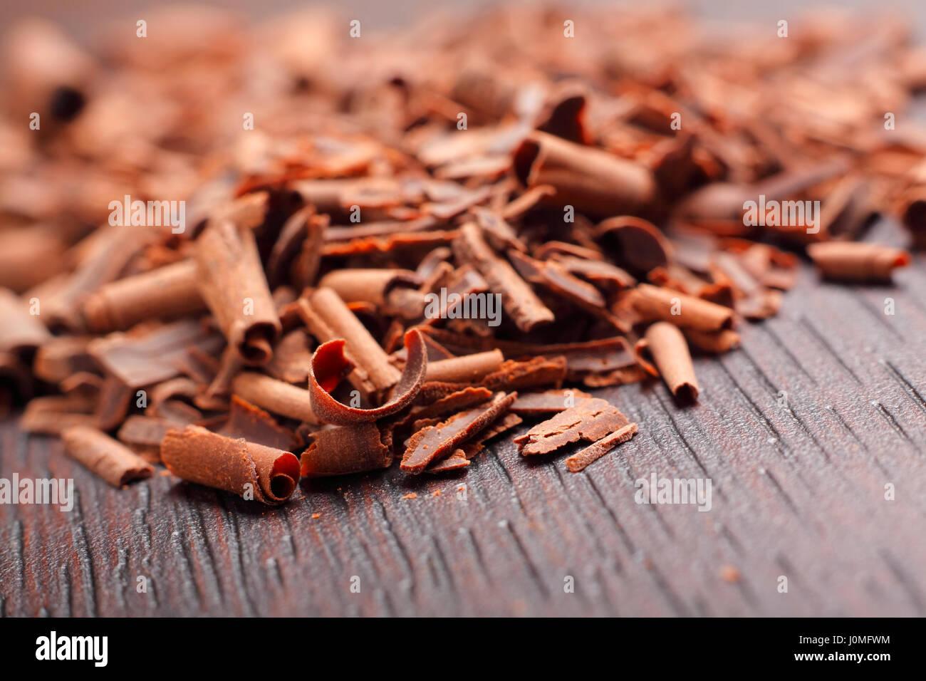 Copeaux de chocolat noir sur le tableau. Photo en gros plan. Photo Stock