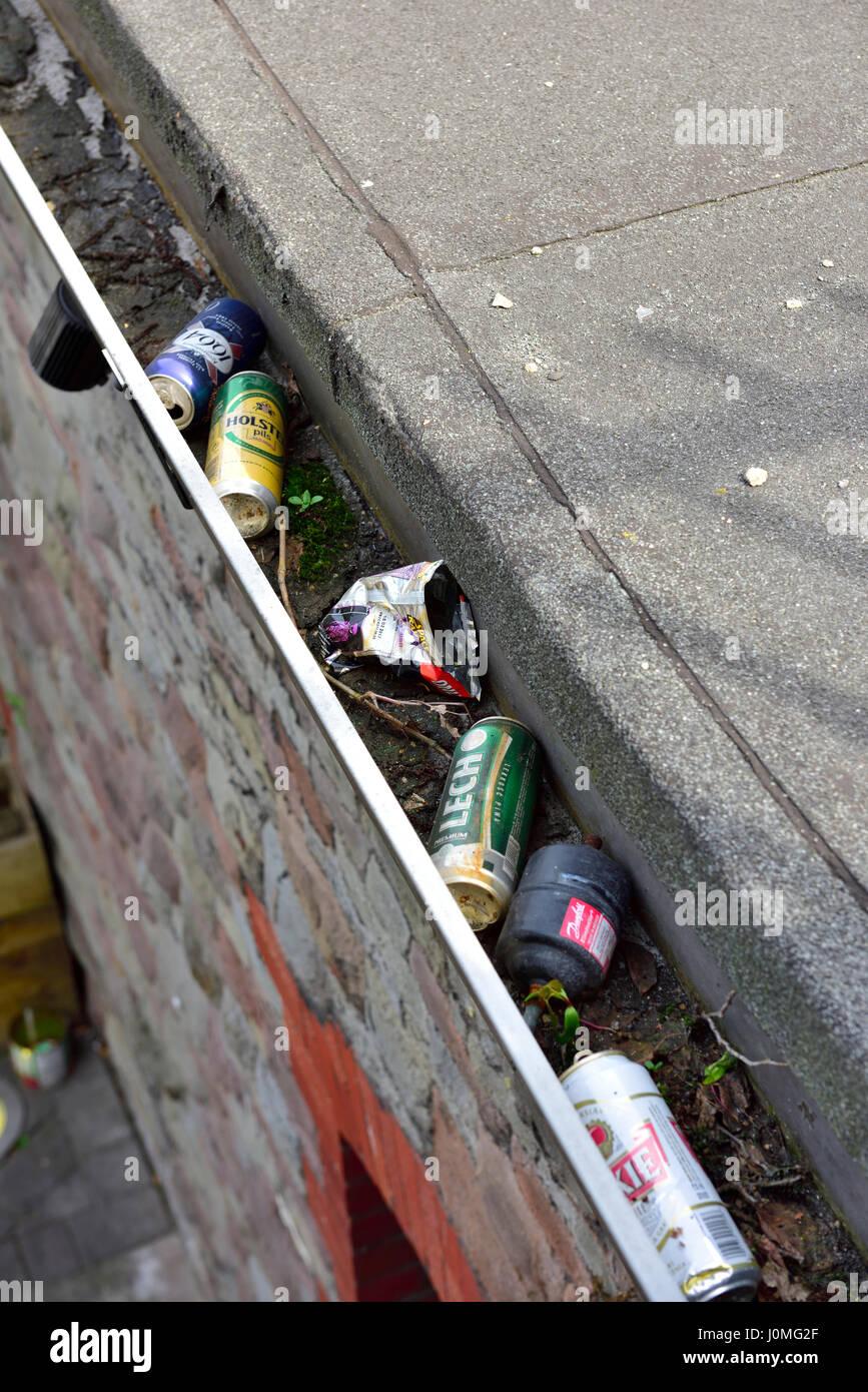 L'eau de pluie gouttière obstruée par des débris Photo Stock