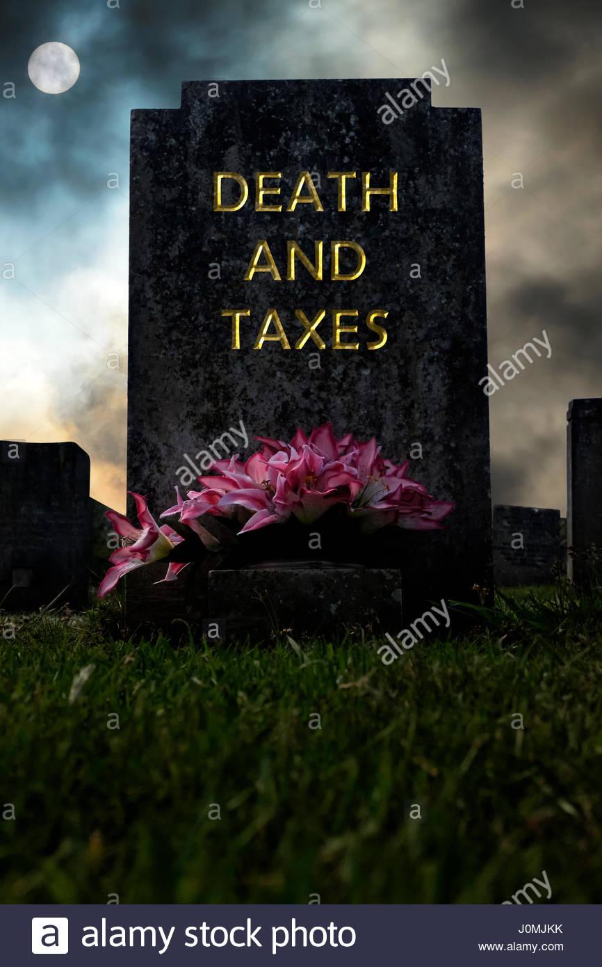 La mort et les impôts écrit sur une pierre tombale, image composite, Dorset, Angleterre. Photo Stock