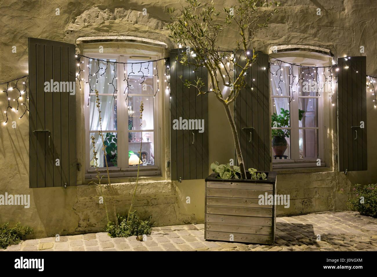 fenêtres avec volets de l'hotel corps de garde, l'architecture