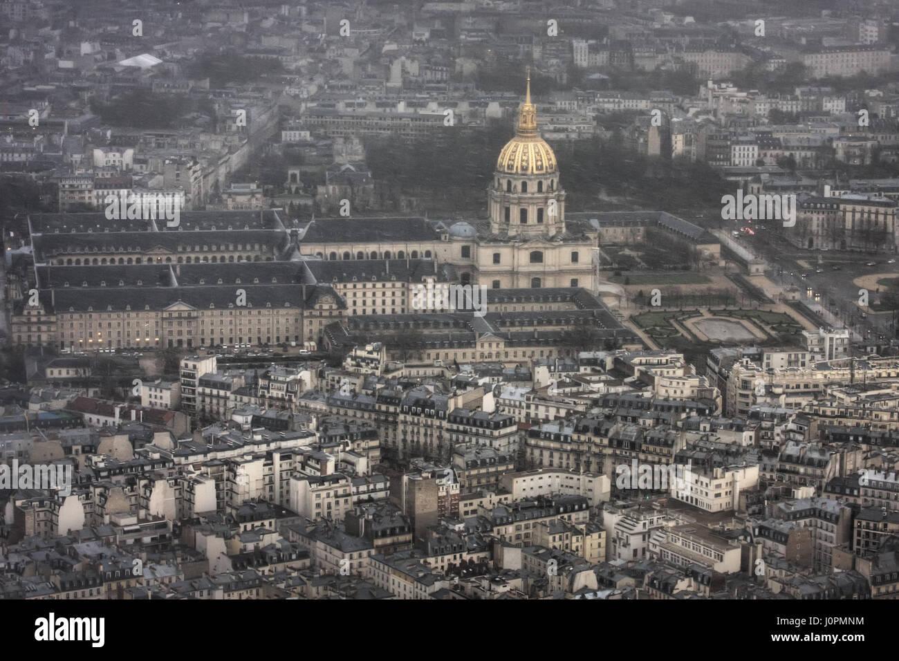L'hôtel national des invalides pendant une tempête de neige de printemps. Paris. France Photo Stock