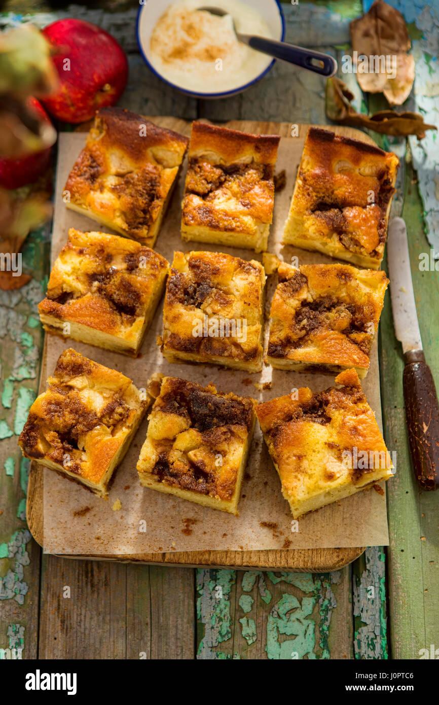 Pomme et cannelle gâteau à la crème fouettée de la cannelle Photo Stock