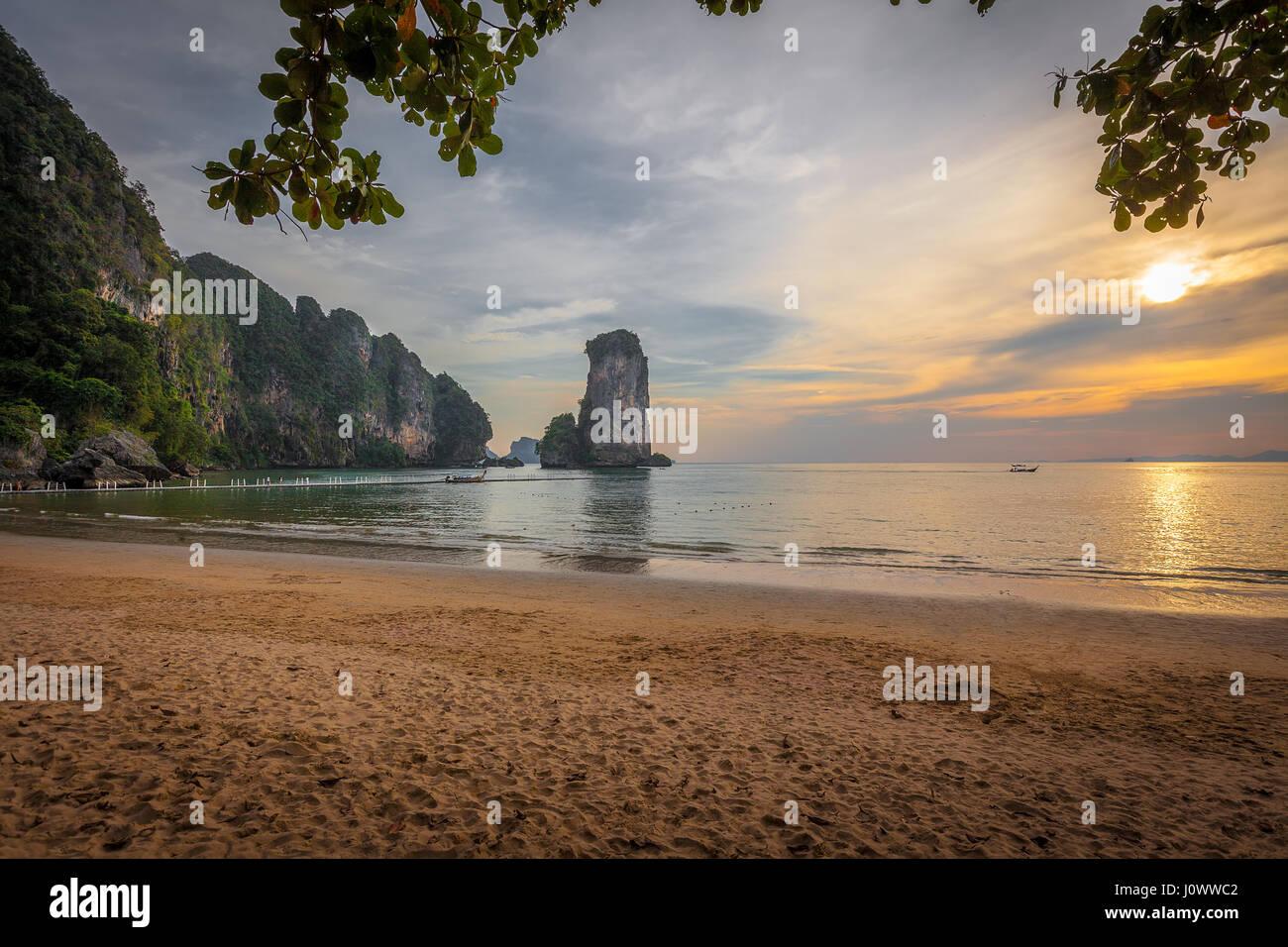 Pai Plong plage au coucher du soleil, Ao Nang, province de Krabi, Thaïlande, Asie du Sud-Est Photo Stock