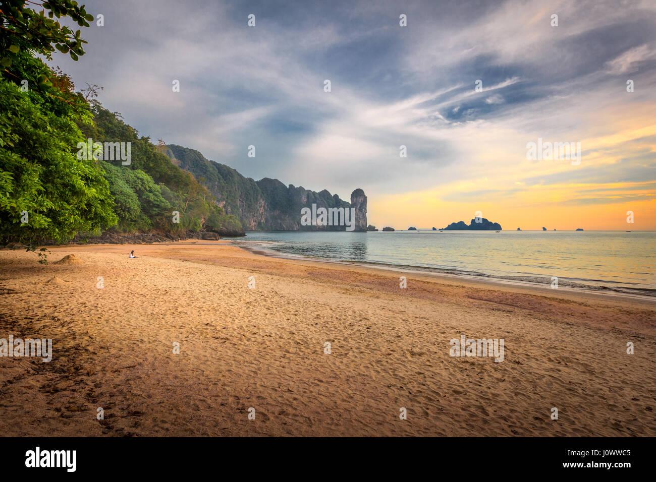 Ao Nang Beach au coucher du soleil, la province de Krabi, Thaïlande, Asie du Sud-Est Photo Stock