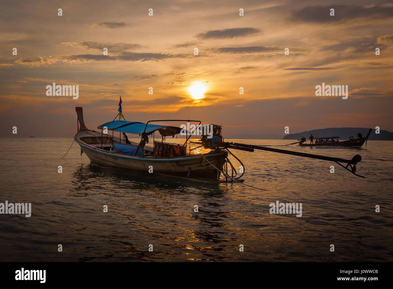 Longue queue voile au coucher du soleil sur la plage Ao Nang, province de Krabi, Thaïlande, Asie du Sud-Est Photo Stock