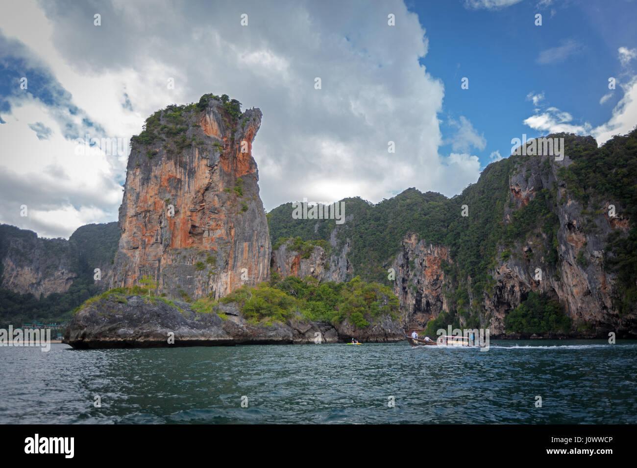 """Un bateau """"long tail est de retourner à Ao Nang de Railay Beach, province de Krabi, Thaïlande, Asie Photo Stock"""