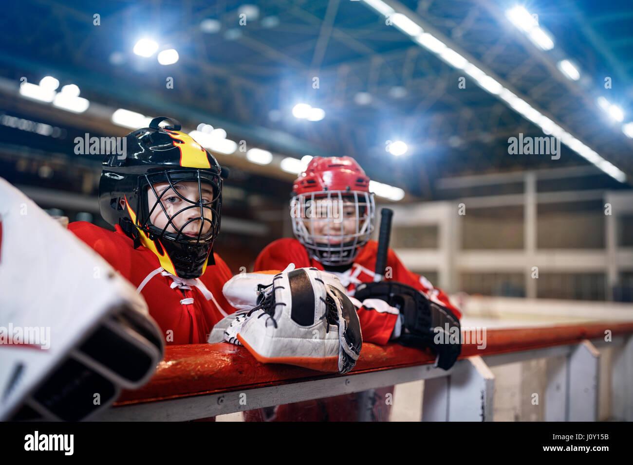 Les jeunes joueurs de hockey sur glace les garçons Photo Stock