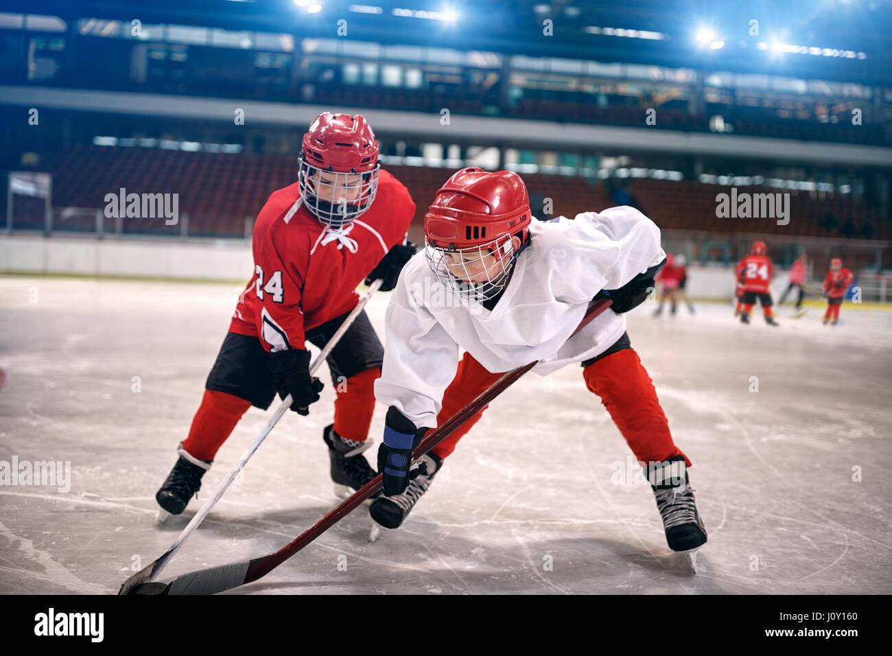 Les jeunes enfants joue au hockey sur glace Photo Stock