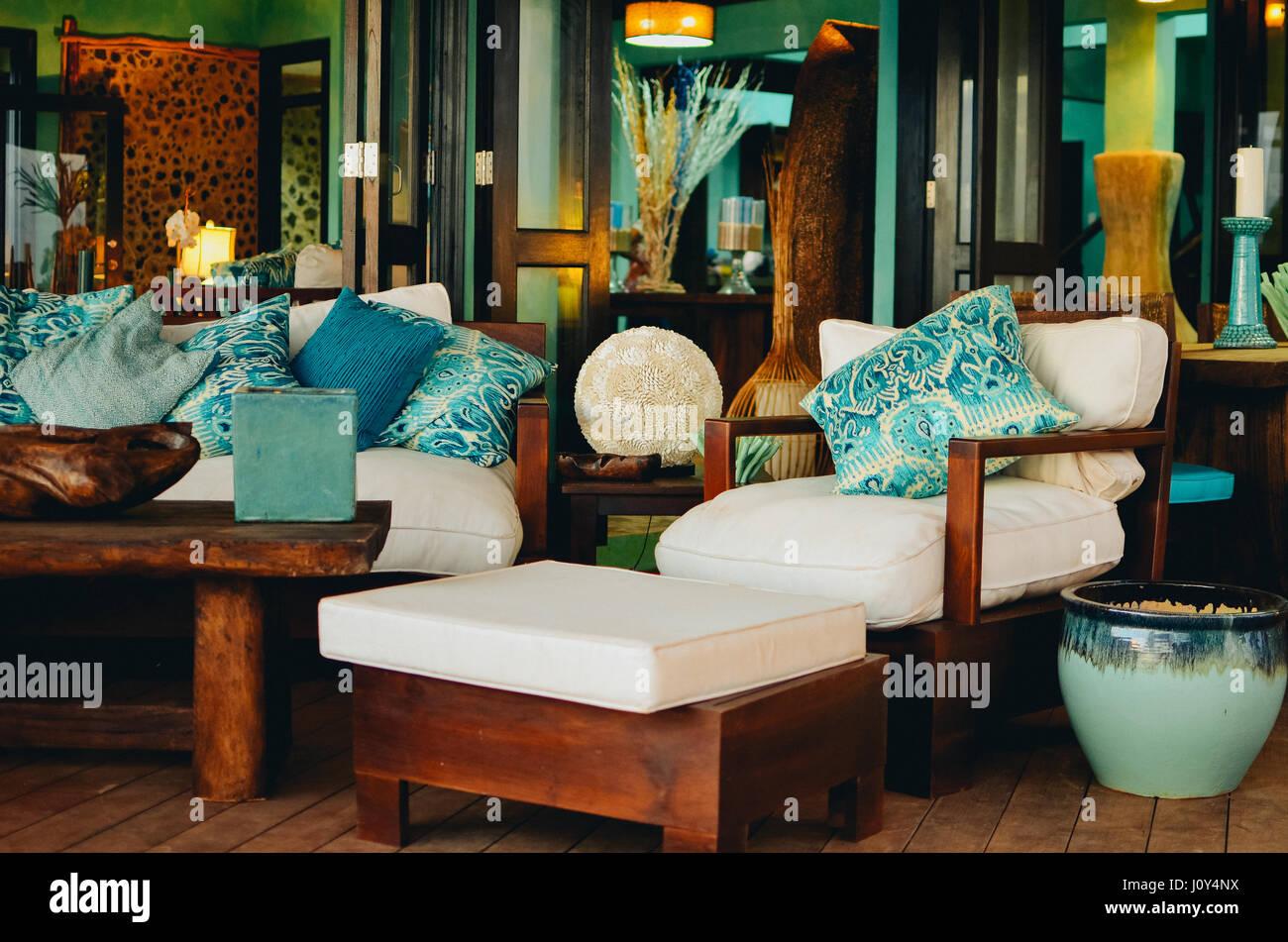 Des chaises en bois avec coussins confortables. Le mobilier ...
