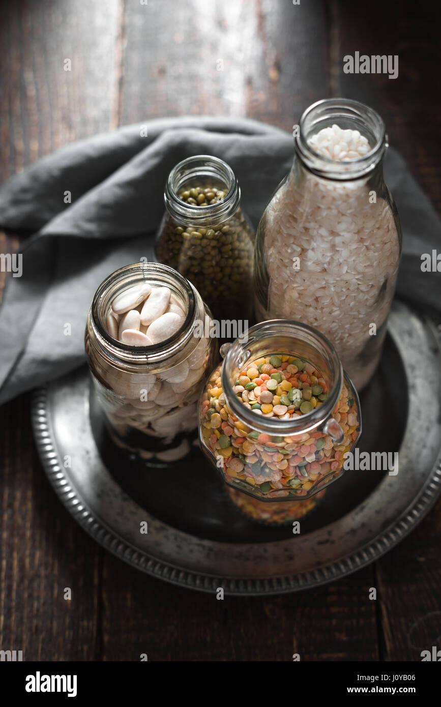 Haricots blancs, haricots verts, lentilles et riz vertical banques Photo Stock