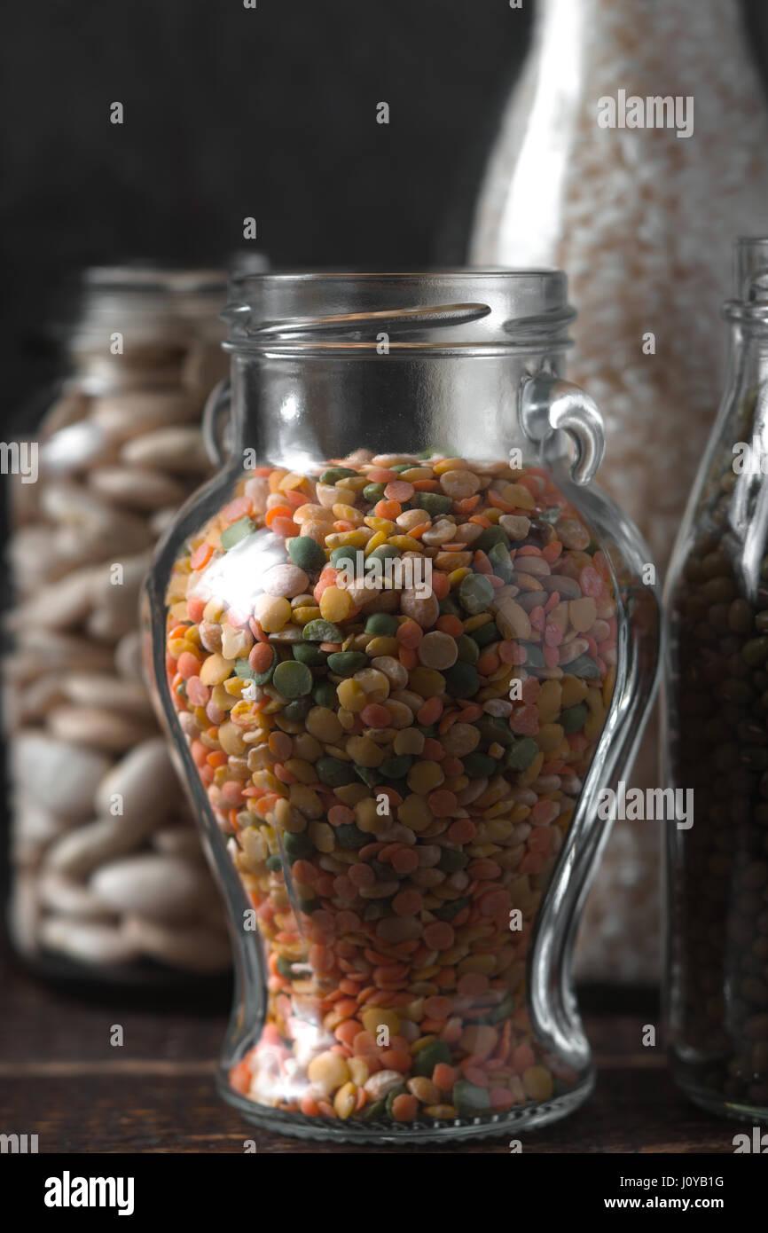 Les lentilles, le riz en pots de verre vertical d'aliments sains Photo Stock