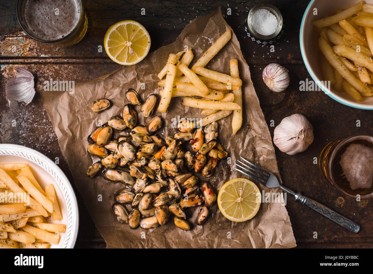 Snack traditionnel belge pour la bière sur le fond métallique vue supérieure Photo Stock