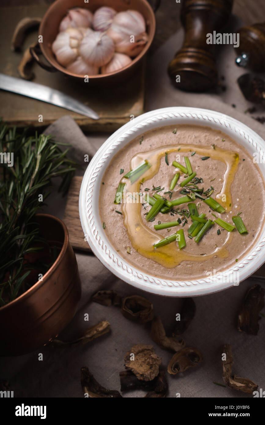 Crème de champignons soupe sur le fond de bois à la verticale Photo Stock