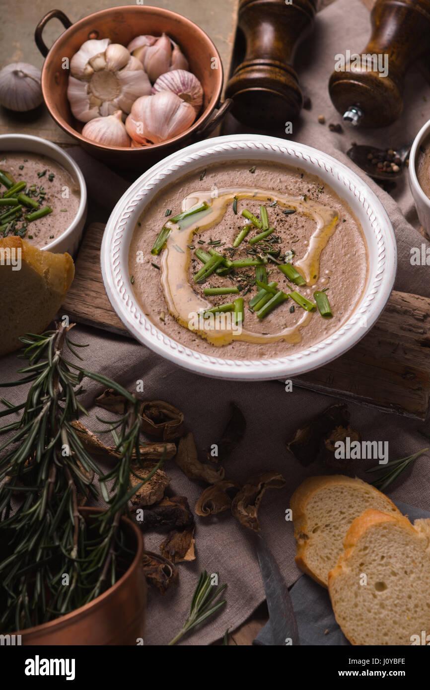 Crème de champignons soupe sur la verticale de fond rustique Photo Stock