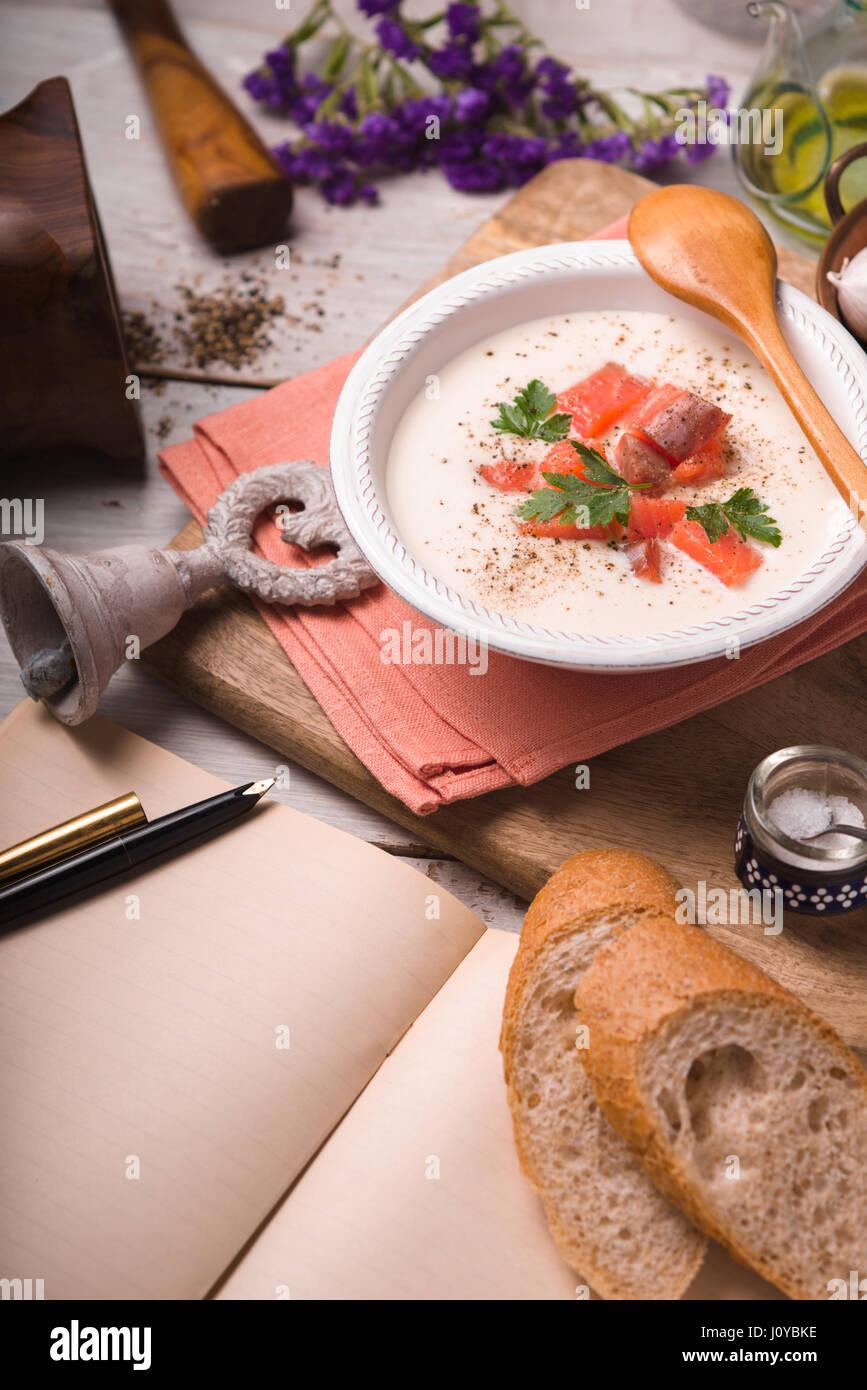 Purée de chou-fleur soupe de saumon et vue latérale Photo Stock