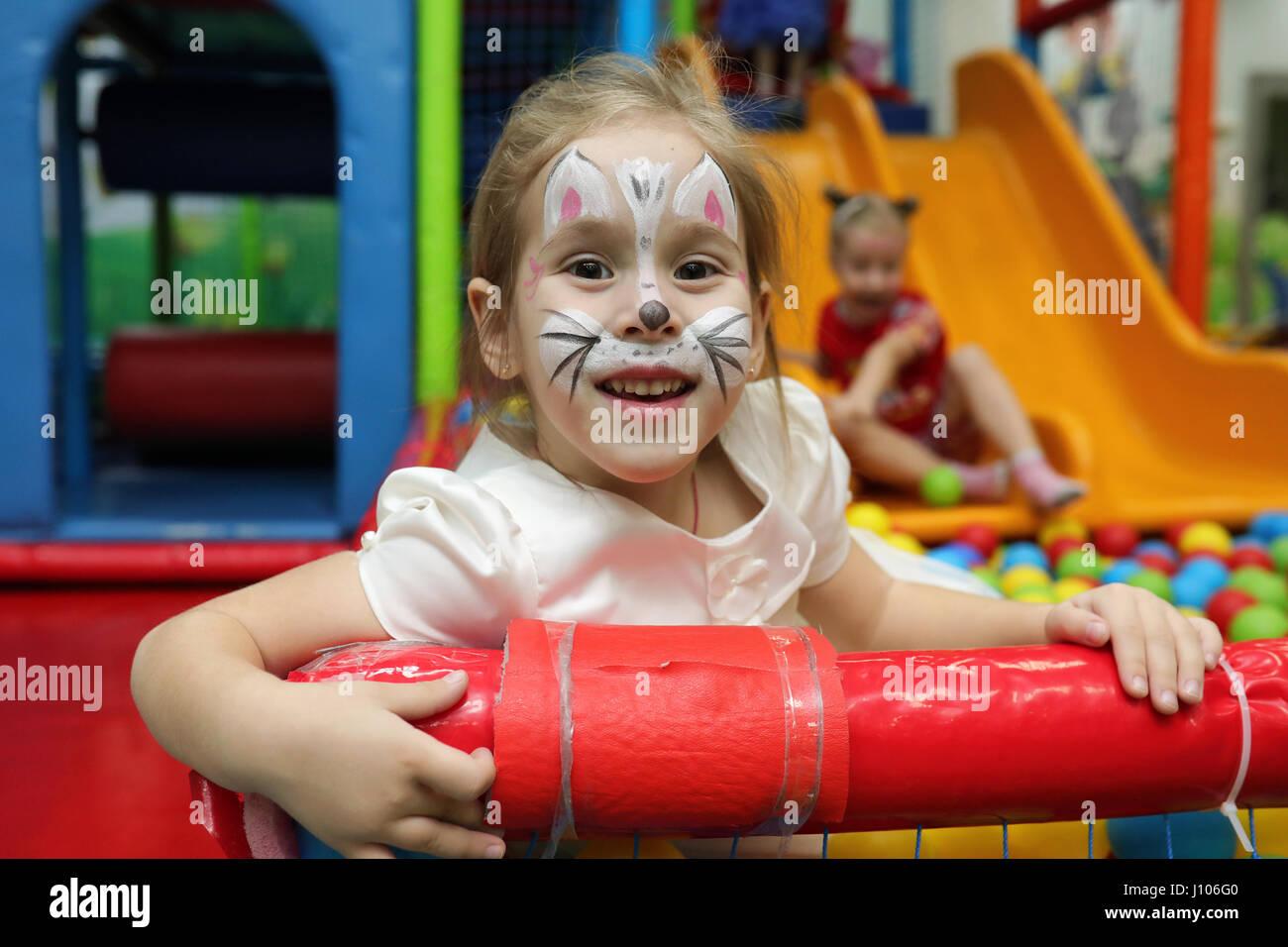 Les enfants jouent une variété de jeux à Photo Stock