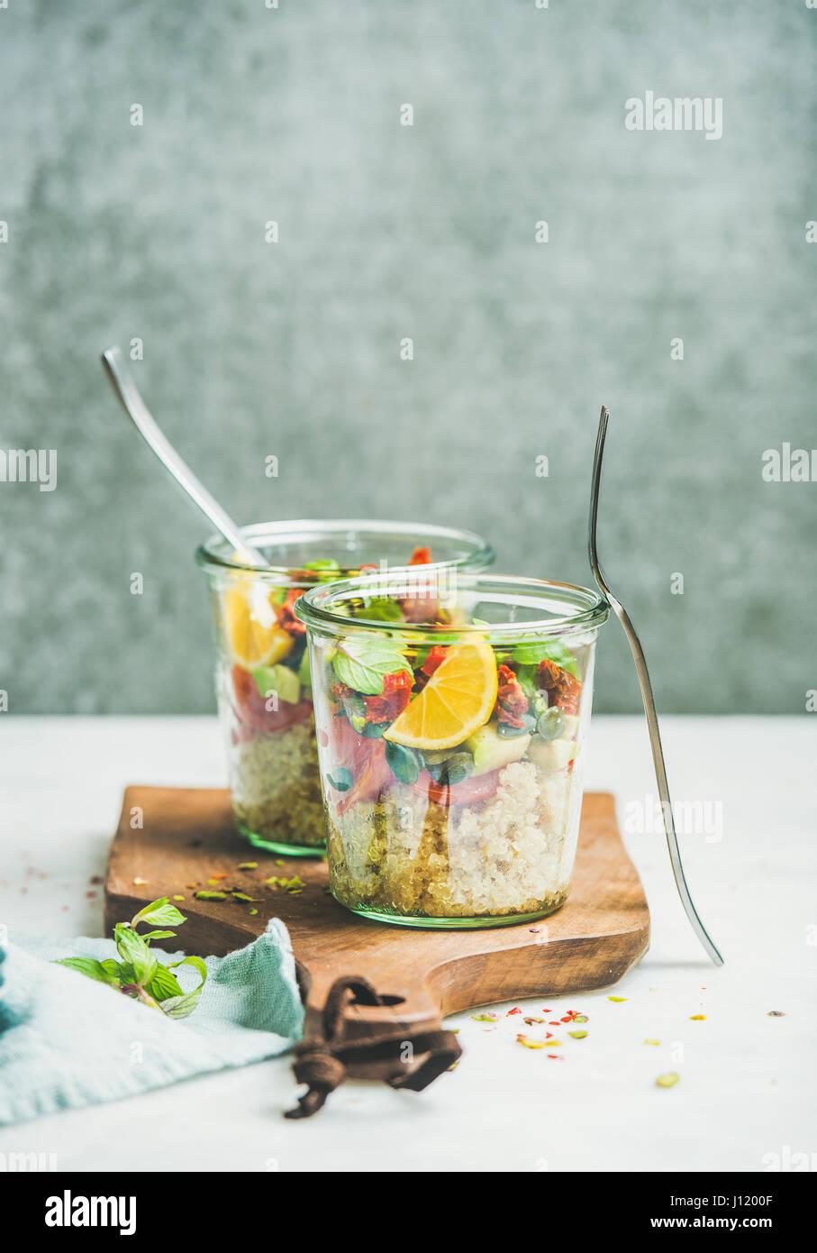 Salade saine avec quionoa, Avocat, tomates séchées, basilic et orange Photo Stock