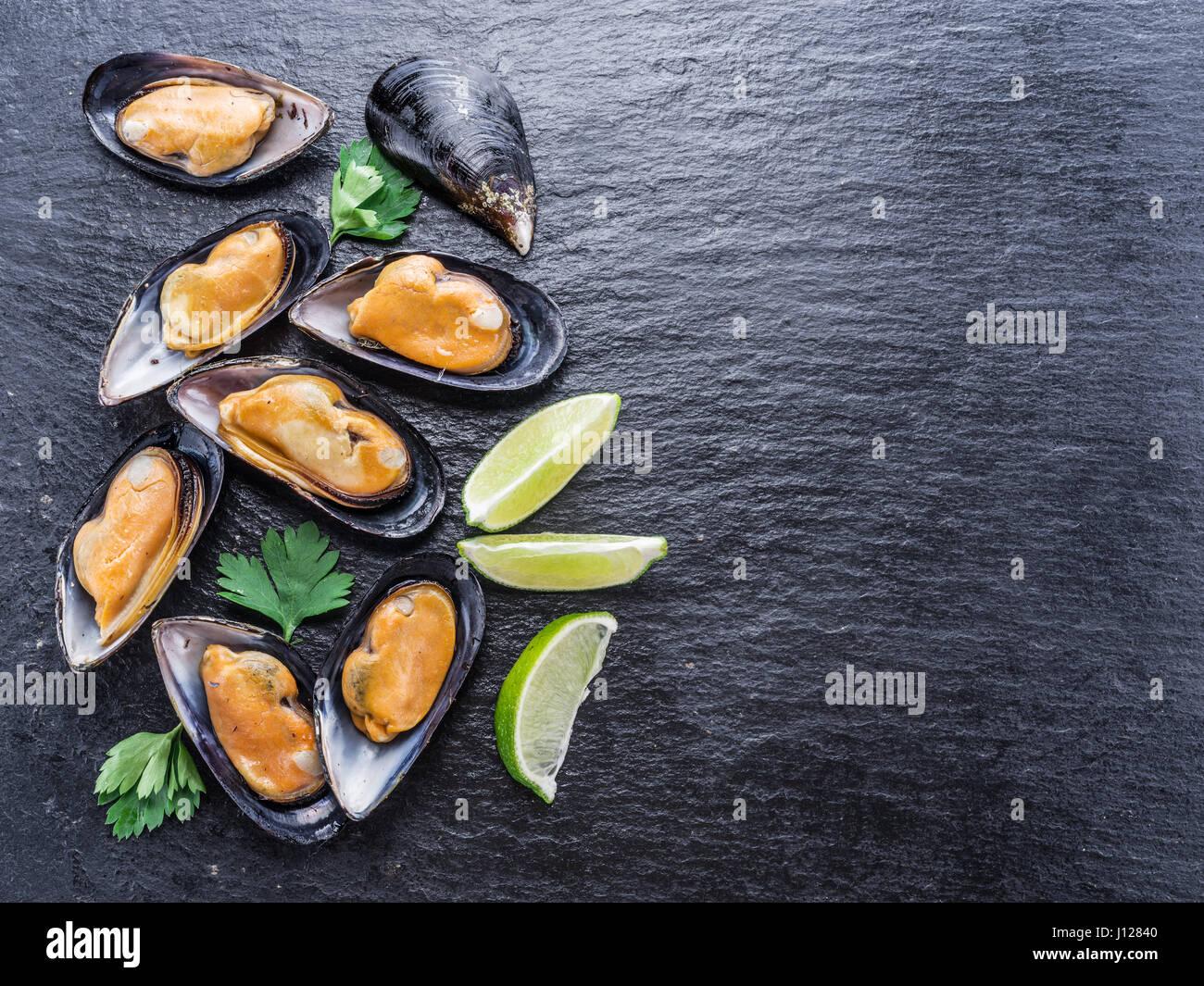 Les moules cuites sur l'arrière-plan de graphite. Photo Stock