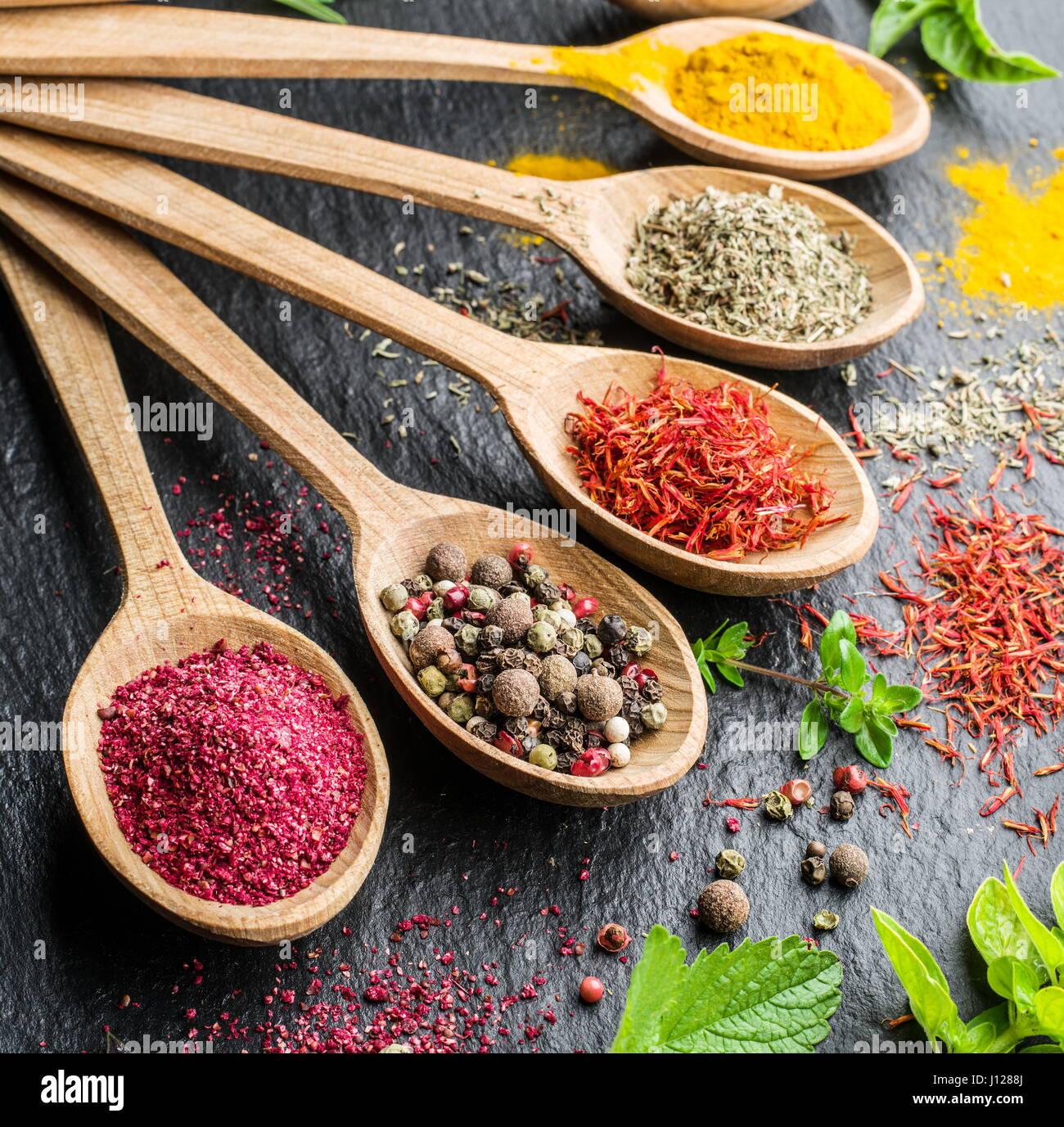 Assortiment d'épices dans les cuillères en bois. Photo Stock