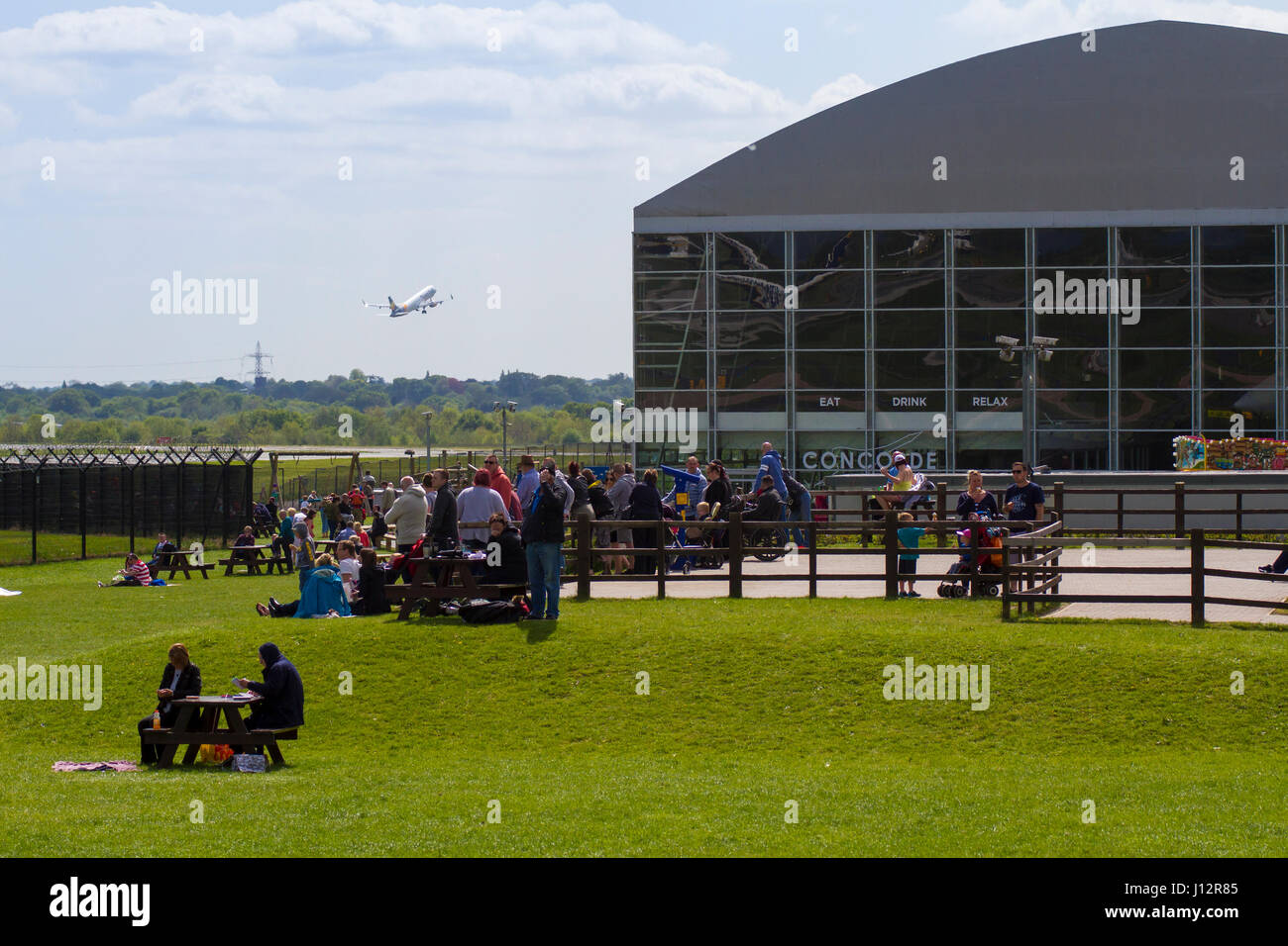 Plane-spotters regardant avion à l'aéroport de Manchester Visualisation Aviation Park Photo Stock