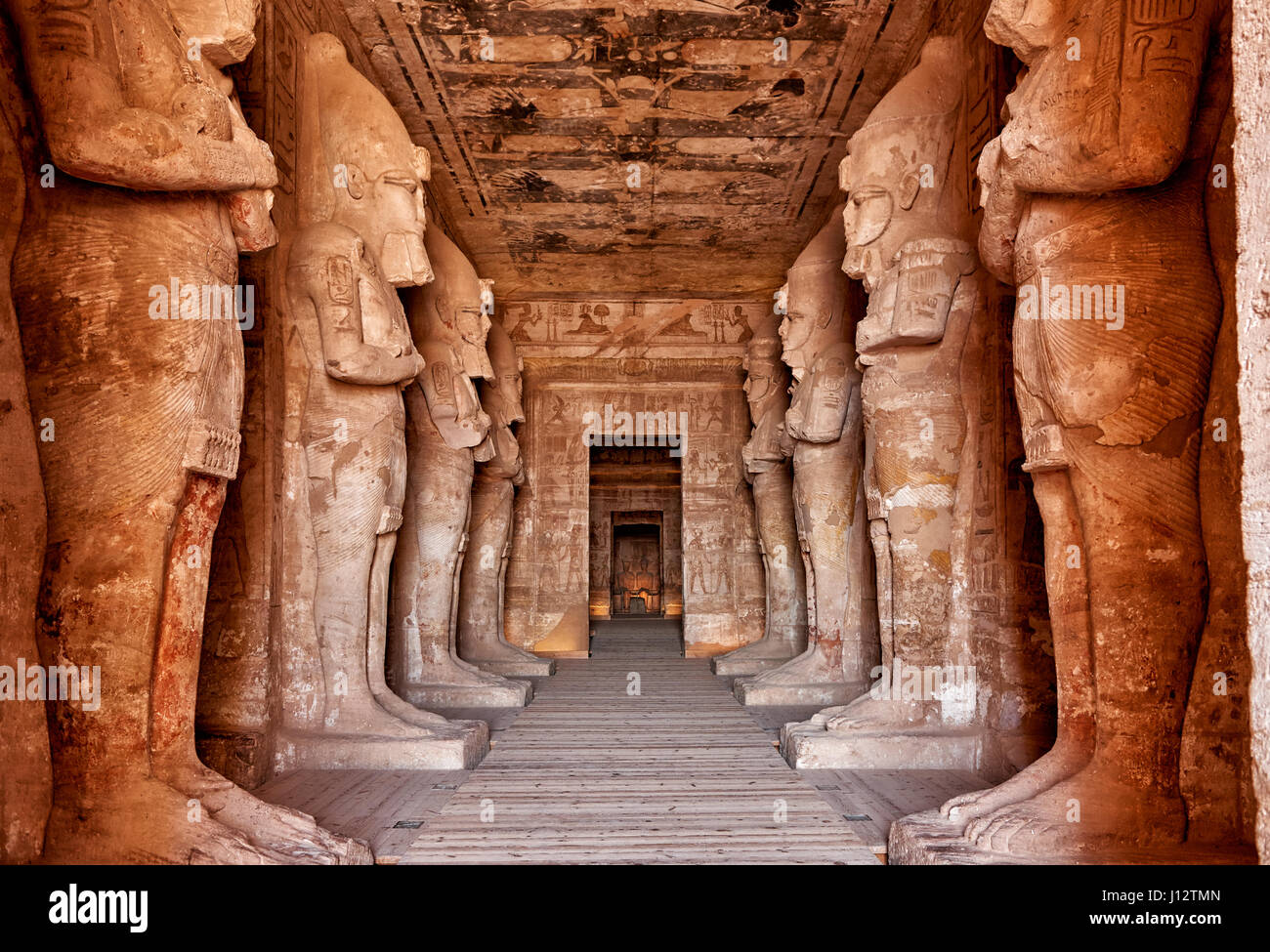 tourn l 39 int rieur de statues du grand temple de rams s ii abou simbel temples l 39 egypte. Black Bedroom Furniture Sets. Home Design Ideas
