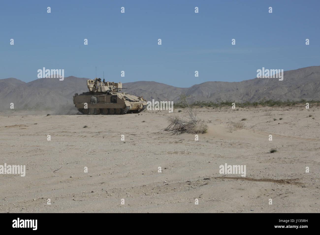 Des soldats américains affectés au 3e Bataillon, 69e Régiment d'armure, les mouvements à l'intérieur d'une manœuvrabilité Banque D'Images