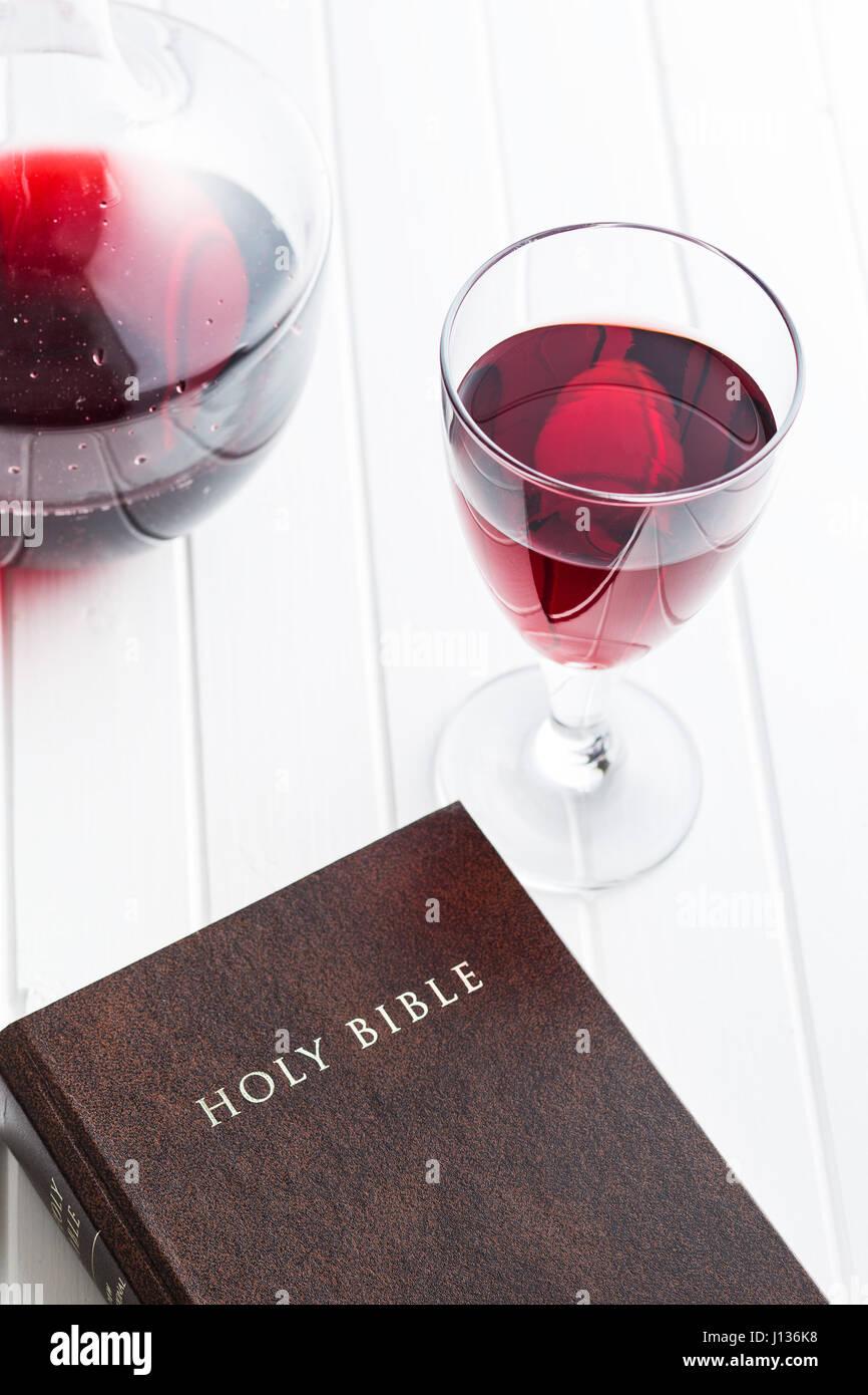 Verre de vin rouge avec la sainte bible. Photo Stock