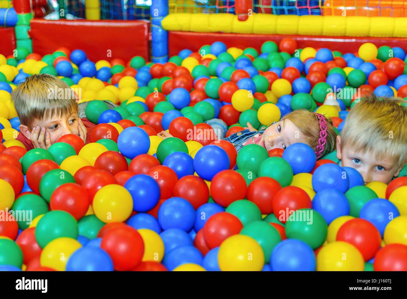 Enfants jouant dans une piscine à balles à la fête. Photo Stock