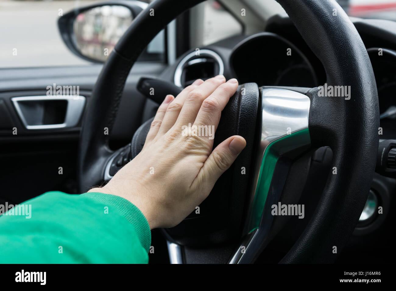 L'homme nerveux poussant conducteur klaxon de voiture Photo Stock
