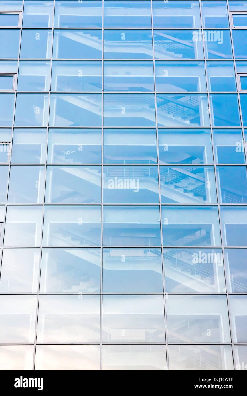 b timent moderne en verre avec escalier ext rieur derri re la fa ade de verre banque d 39 images. Black Bedroom Furniture Sets. Home Design Ideas