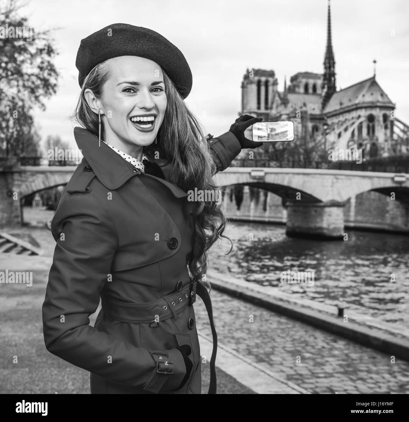 Coat Femme Mode Sur La En Paris Dans Rouge Bonne Trench Brillante 16xUPpq8n