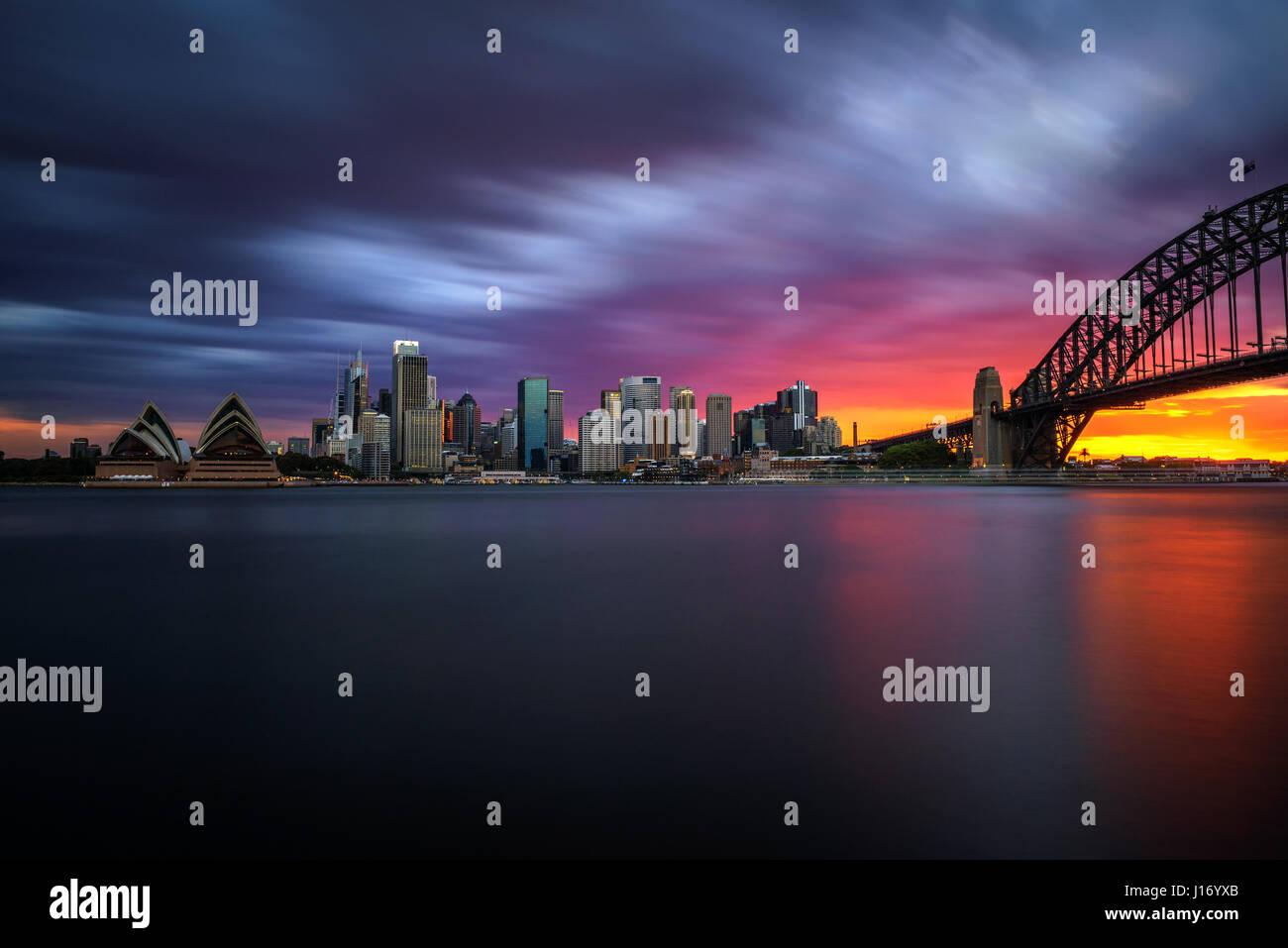 Le centre-ville de Sydney skyline coucher du soleil avec le Harbour Bridge, NSW, Australie. Longue exposition. Photo Stock