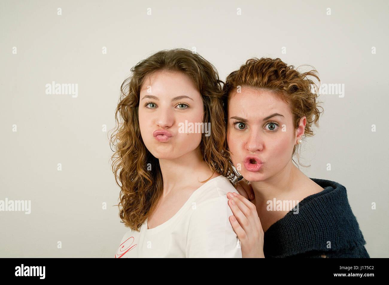 Deux jeunes femmes faisant des gestes. Banque D'Images