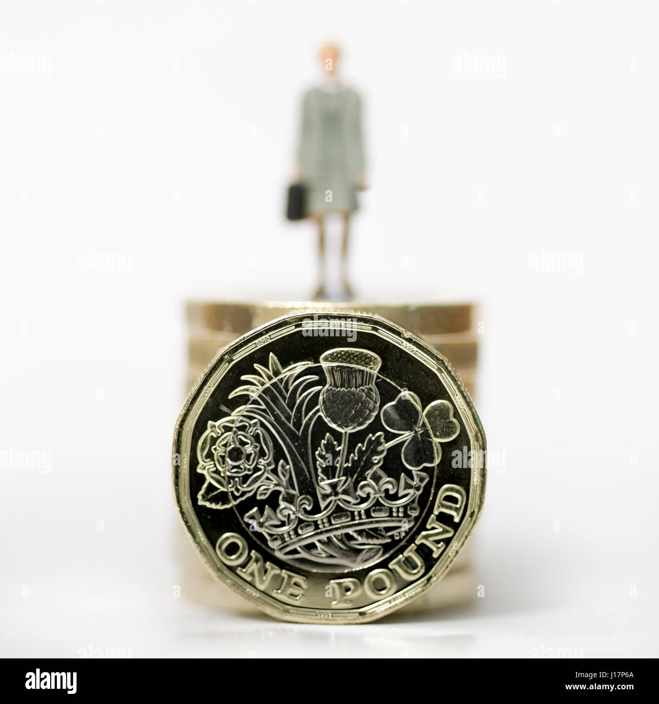 Close up/stock modèle macro photo mettant femmes travailleur sur pile du nouveau livre de monnaie. Banque D'Images